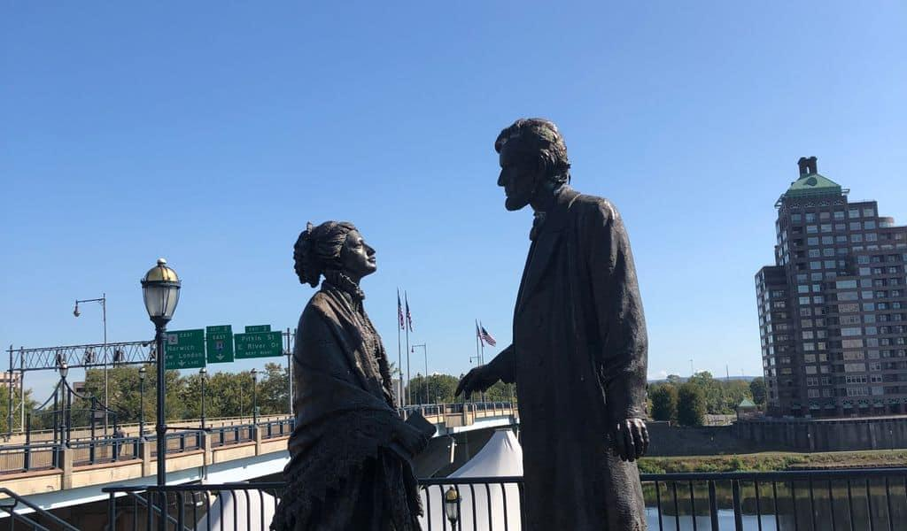 """View of the statue """"Lincoln Meets Stowe"""" in Hartford, Connecticut"""